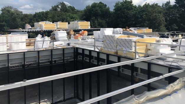 Er wordt hard gewerkt om het dak waterdicht te maken